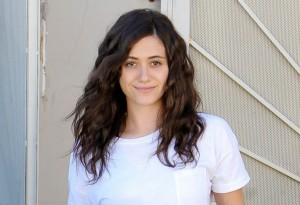 emmy-rossum-no-makeup-nail-polish-05